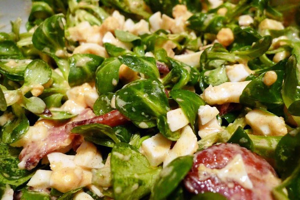 salata z jajkiem i boczkiem