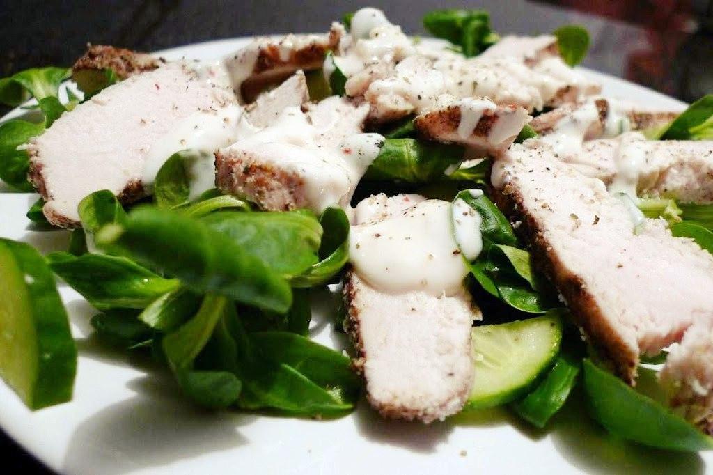 salatka z kurczaka z sosem jogurtowym
