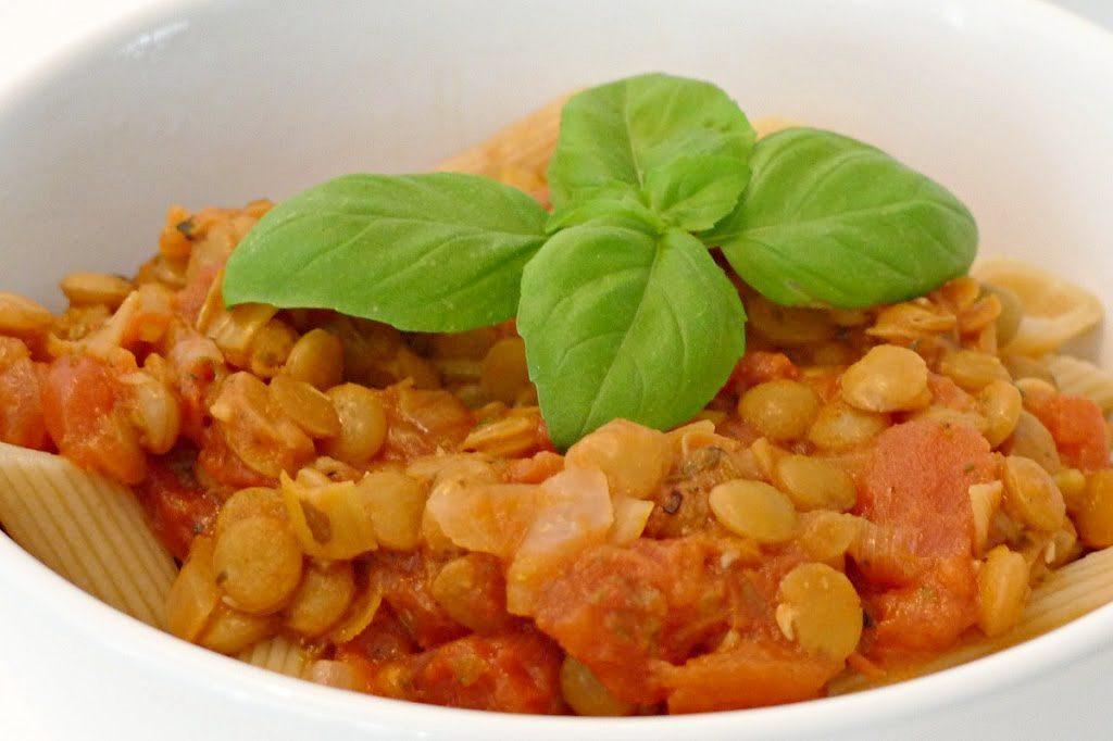 Makaron z soczewicą i sosem pomidorowym