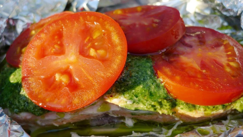 Łosoś z pesto i pomidorami