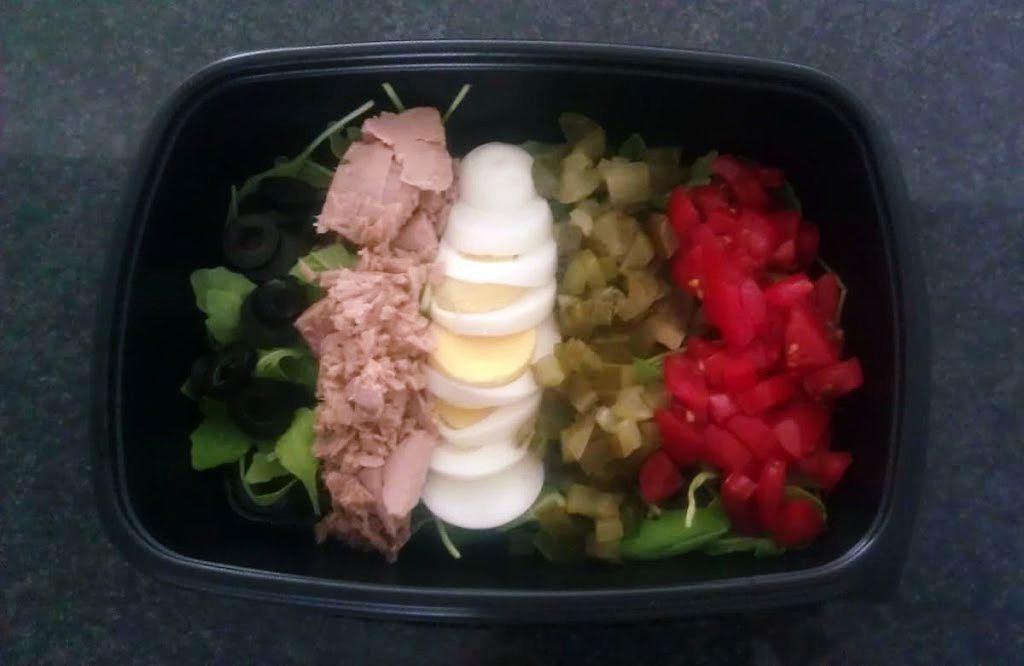 salatka z tunczykiem i oliwkami
