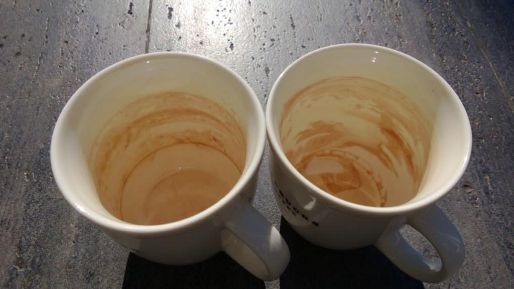 Jak łatwo usunąć osad po herbacie z kubków?