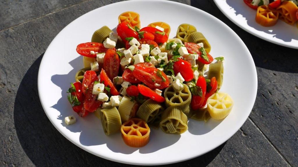 Makaron z pomidorami i fetą