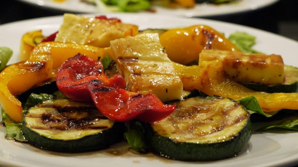 Sałata z grillowanymi warzywami i serem