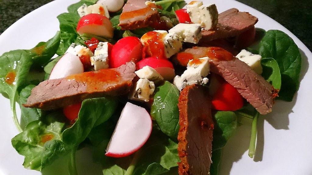 Sałata z wołowiną i serem pleśniowym