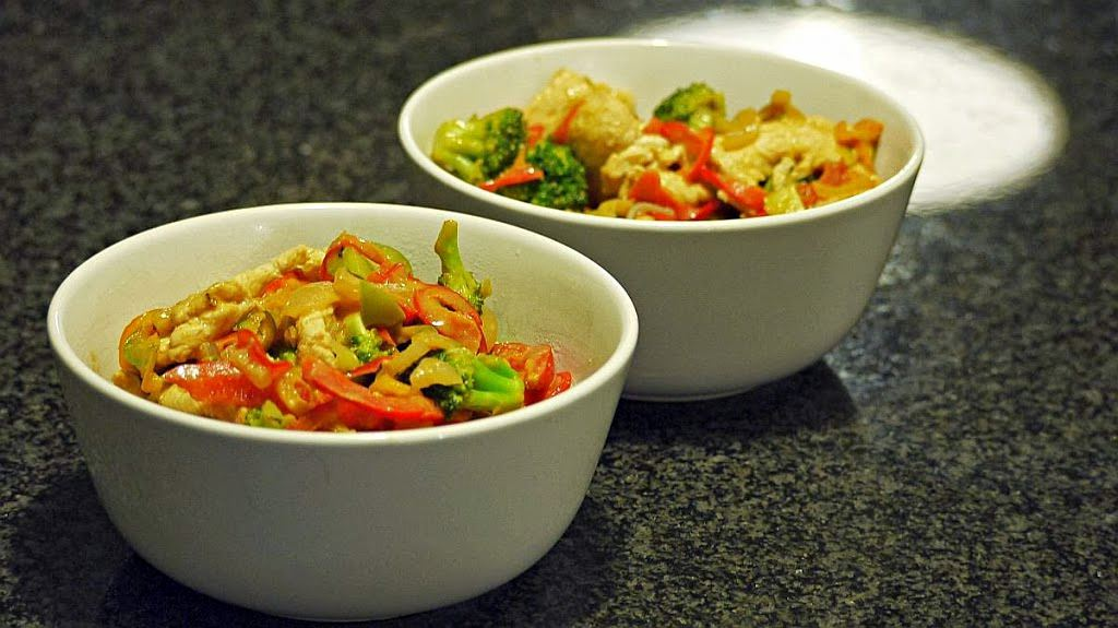 Warzywa z woka z sosem orzechowym