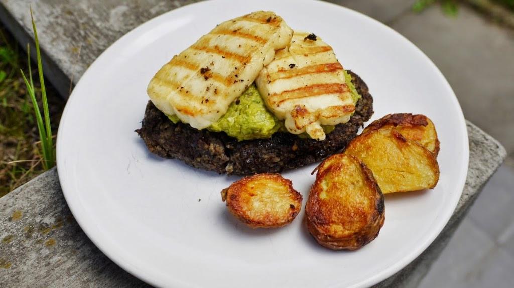 Wege burgery z pesto z bobu i grillowanym serem