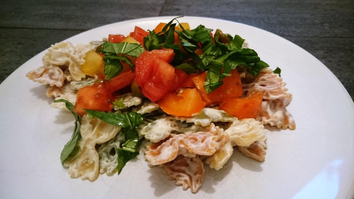 Makaron z sosem serowym i pomidorami