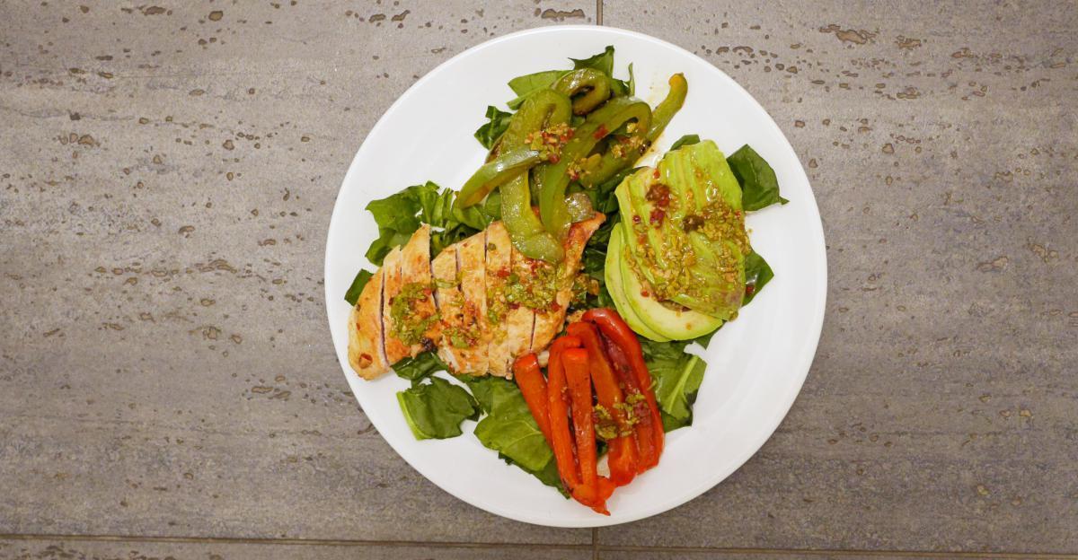 salatka z kurczakiem i awokado