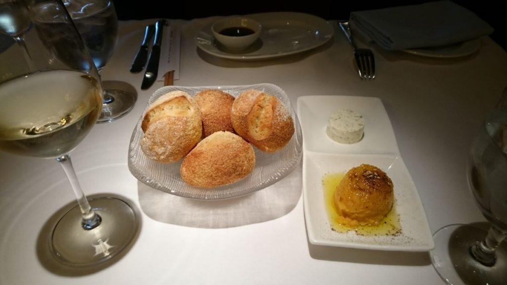 czekadełka - świeże pieczywo, pasta z marchewki, masło ziołowe