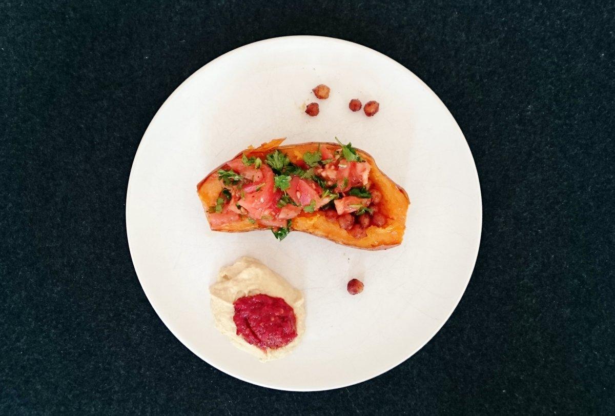 Pieczone słodkie ziemniaki z cieciorką, pomidorami i pietruszką