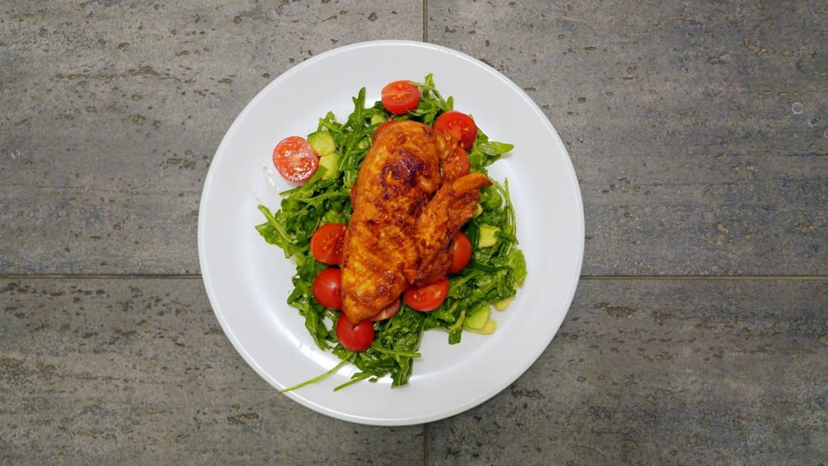 salata z kurczakiem i awokado