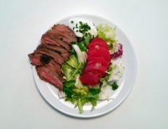 salata z wolowina i pomidorami 01