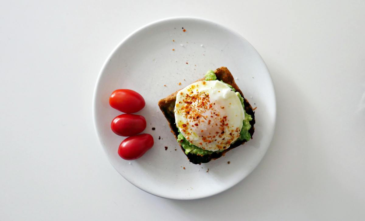 Jajka w koszulkach z awokado