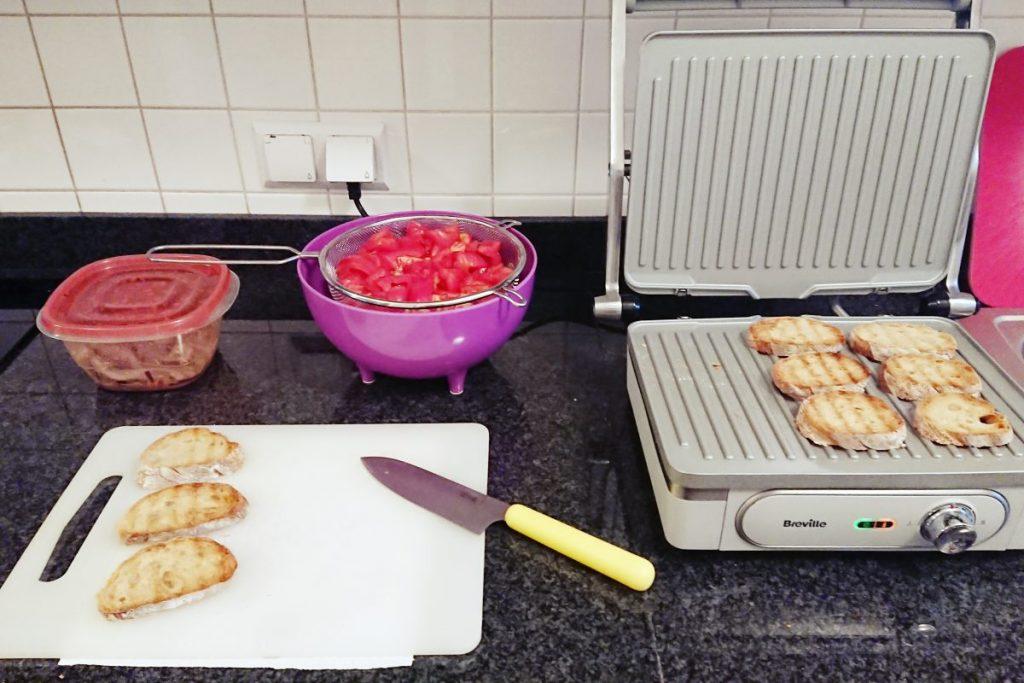salatka z pomidorow z grzankami
