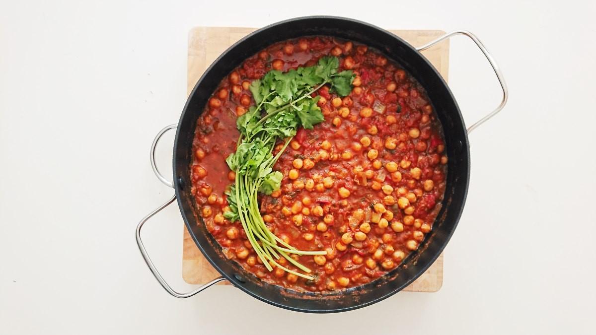 Ciecierzyca w sosie pomidorowym (chana masala)