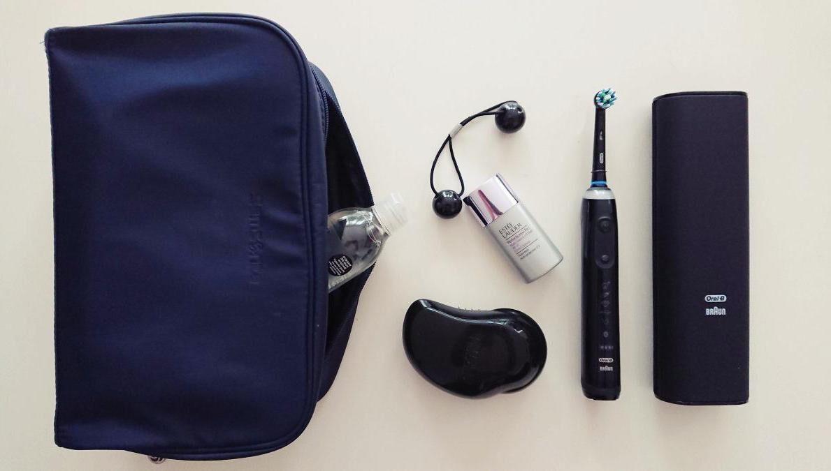 Kosmetyczka na wyjazd: kremy, płyny i szczoteczka elektryczna