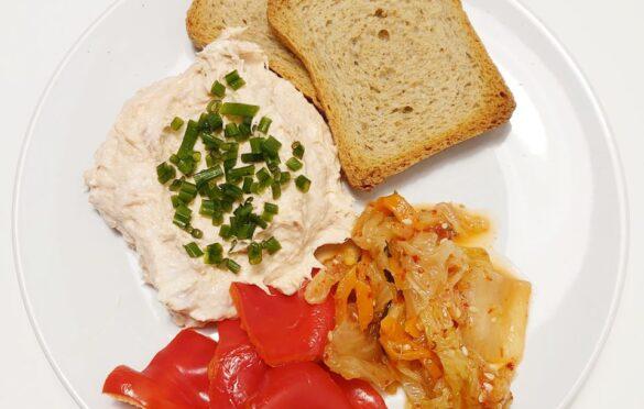 pasta z tuńczyka, sucharki, kimchi, papryka