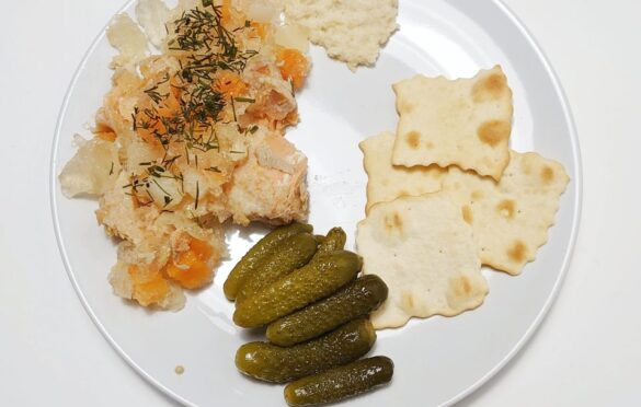 ryba w galarecie, chrzan, krakersy, ogórki konserwowe