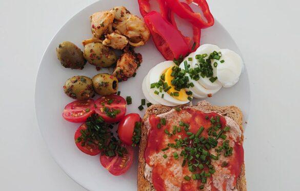 oliwki, karczochy, papryka, jajko, tost z pasztetem, ketchupem i szczypiorkiem, pomidory