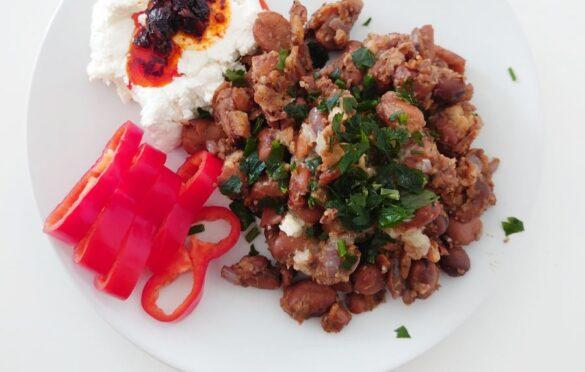Twaróg z oliwą chili, papryka, fasola po arabsku