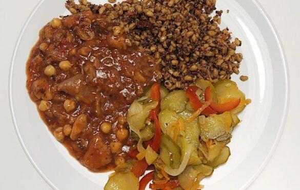 grzybny strogonow, quinoa z oliwkami i pomidorami, sałatka szwedzka