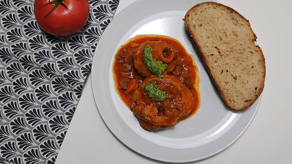 Duszona cielęcina z warzywami (osso buco alla milanese)